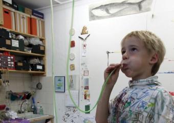 Junge-mit-Farbschlauch